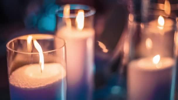 zapálené svíčky na stole