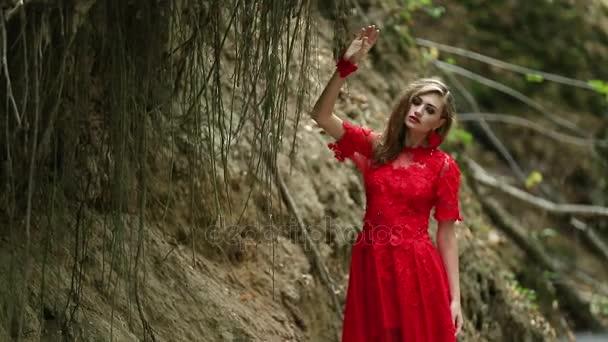 Krásná dívka procházky v lese