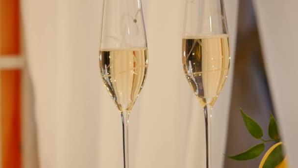 pezsgő szemüveg, ünnepi asztal