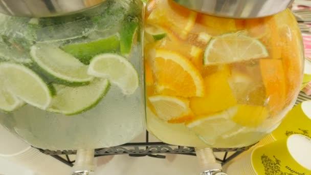 Limonáda s ledem, oranžové a vápno řezy v jar