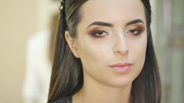 Glamour portrét krásná žena modelu s čerstvým denní make-up a romantické vlnitý účes. móda lesklých zvýrazňovače na kůži, sexy lesklé rty make-up a tmavé obočí