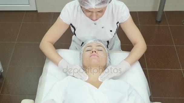 Žena středního věku v spa salon s kosmetička. Botox injekce