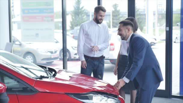 Rodinný nákup automobilu a při pohledu na motor