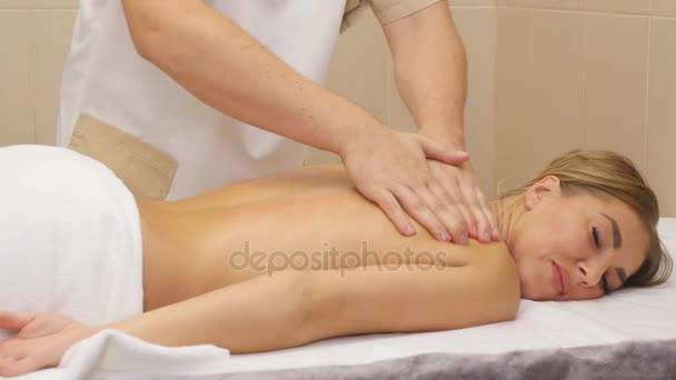 krásná mladá žena návrat masáž v lázních