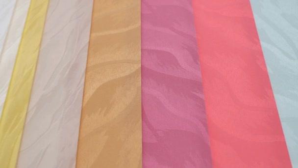 Barva vertikální žaluzie v pohybu