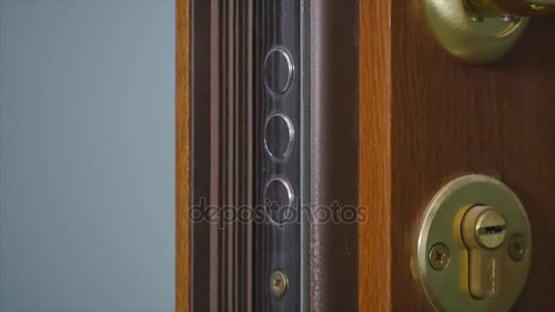 zamykání a odemykání dveří s klíčem v ruce