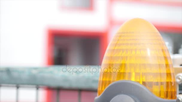 Oranžový majáček na automatické brány
