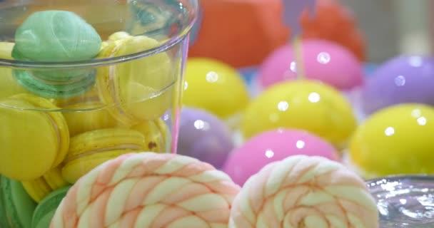 Barevný koláč řezy na bílé slavnostní stůl