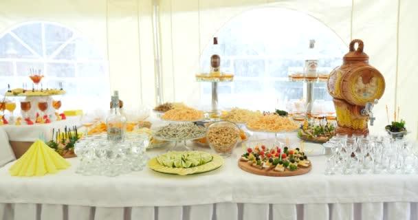Krásně zdobené stravování banket stůl s různých potravin občerstvení a aperitivy na svatební oslavu nebo firemní vánoční narozeniny strana události