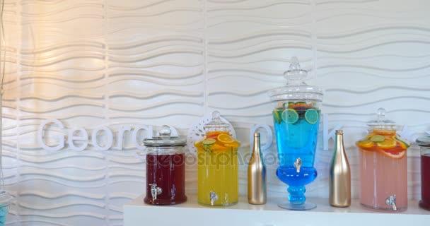 Üveg többszinű italok, jég, fehér háttér