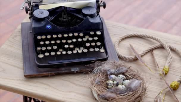 Starý psací stroj vintage ozdoby a hnízdo na dřevěný stůl