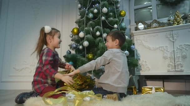 Childrens uitpakken verrassing voor kerstmis het concept van
