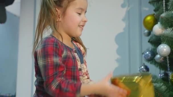 Weihnachtsgeschenke, die Kinder aufeinander werfen