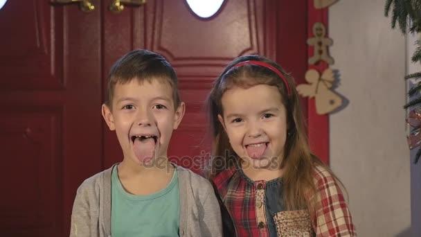 Malý chlapec a dívka se smíchem a Hammingova na kameru