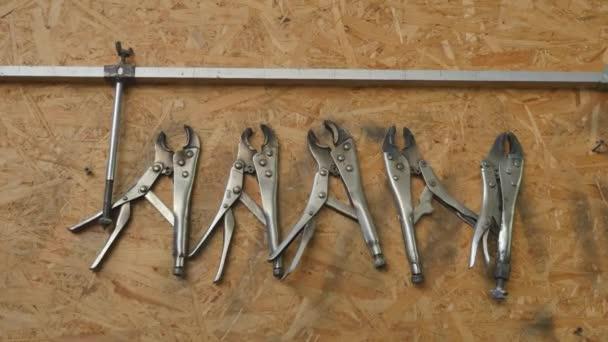 Mnoho nástrojů na špinavé podlaze, nástroj pro nastavení řemeslník, mechanické nástroje. Profesionální mechanik pomocí různých nástrojů pro práci v auto servis