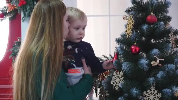 Šťastná rodina tráví čas na vánoční a novoroční svátky vánoční ozdoby