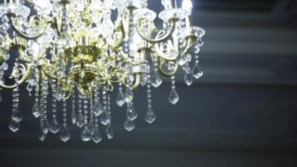 Kronleuchter Orientalisch ~ Schöne alte kristall kronleuchter in einem raum u2014 stockvideo