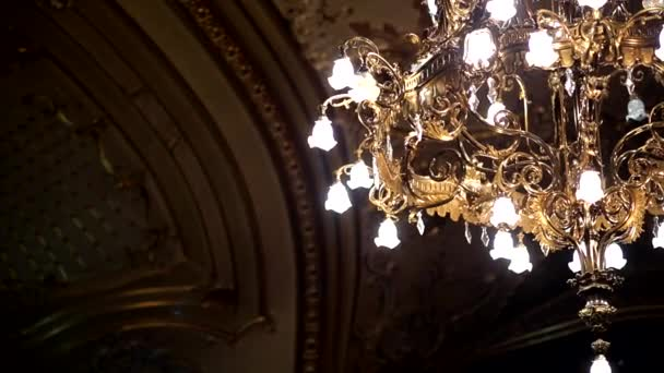 Kronleuchter Mit Kerzen Und Glühbirnen ~ Galant kronleuchter mit kerzen und dunkle seite hintergrund im