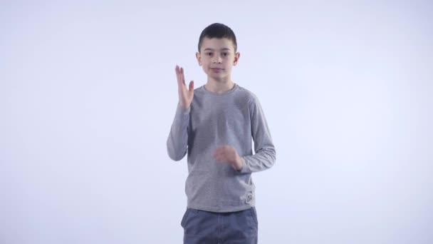 chlapec sám bije dlaně na osobu