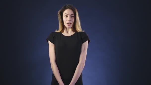 překvapený mladá žena tmavém pozadí