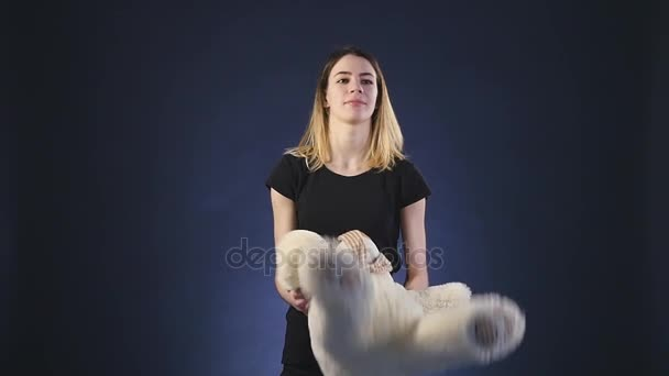 lány játszik mackó - elszigetelt fekete slowmotion