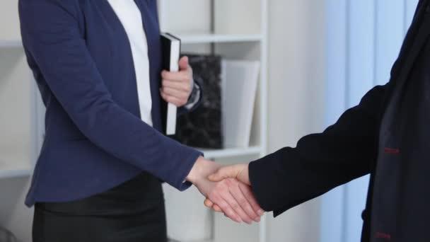 Clouse-up üzletember és üzletasszony kezet