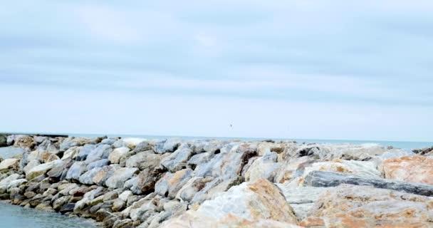 Pohled na moře s kameny a malé vlny