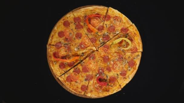 Pizza s rajčaty kruhy, izolované nad černou