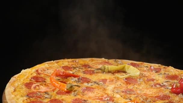 Rotující Pizza displej na černém pozadí