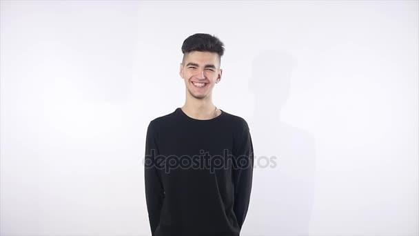 pohledný mladý muž izolovaných na bílém. Veselý obličej