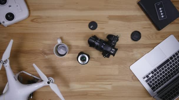 Pohled shora fotograf čištění objektivu na stůl z výšky