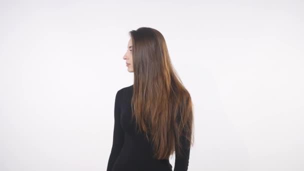 gyönyörű fiatal nő keresi a kamera meglepett. elszigetelt, felett fehér