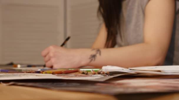 Részletek a művész lány kezét rajz ceruzával