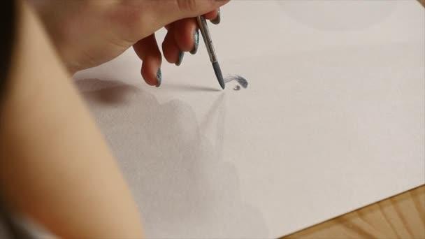 Pittura con il primo piano pennello dellartista