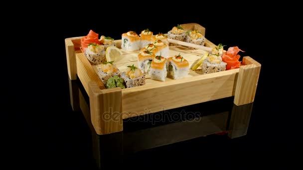 sushi set otočit na černém pozadí. pohled shora