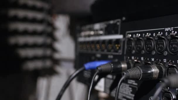 A zenei stúdió felvétel fülkében alacsony kulcs fényben található mikrofon