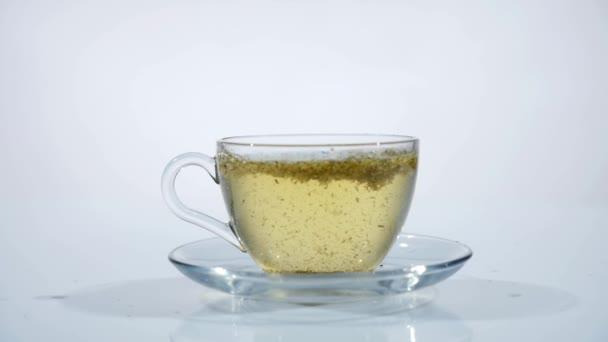 vařící vodou zalijeme čajových lístků