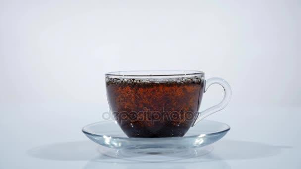 Öntsünk forrásban lévő vizet a tea levelek