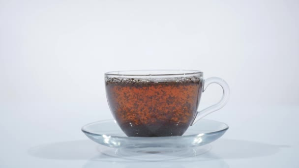 čaj se vaří v šálku