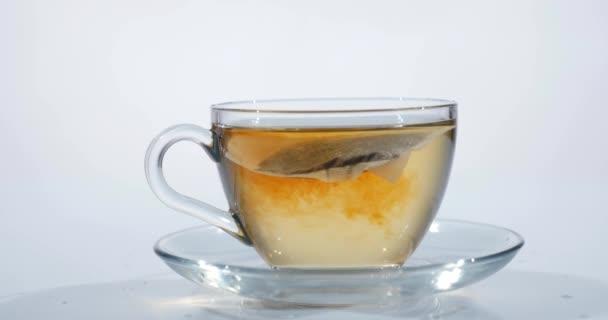 Frühstück, gebrühter Tee. Teebeutel in der Tasse mit heißem Wasser