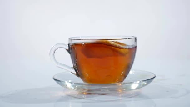 Snídaně, připraveného čaje. Sáček čaje v šálku s horkou vodou