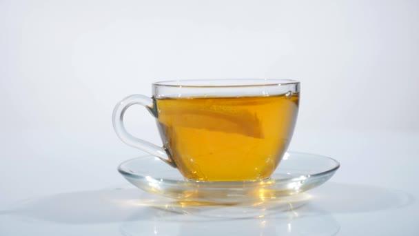 Átlátszó csésze tea az asztalon