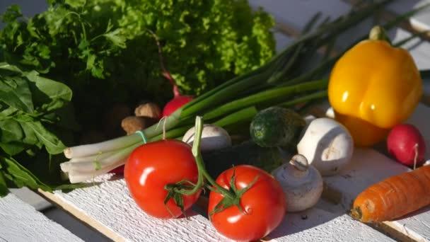 Paradicsom és egyéb zöldségek, egy fadobozban