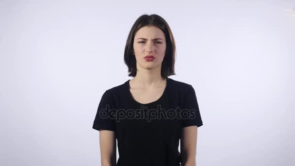 Mladá krásná dívka je znechucen, pocit bad nad bílým pozadím