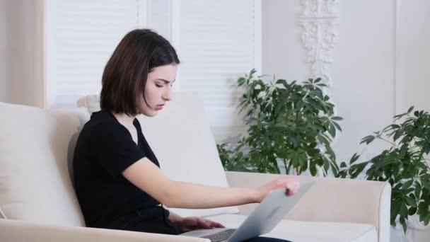 Naštvaný podnikatel pracuje na notebooku a vyhoďte ji