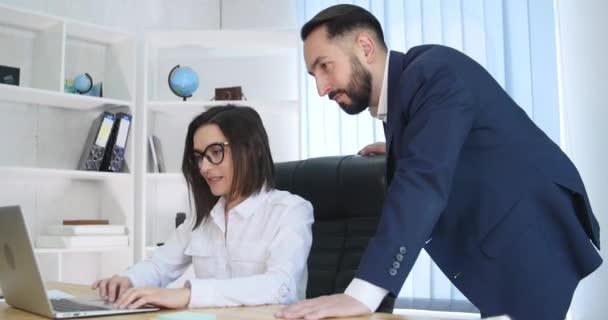 Obrázek dvou úspěšných obchodních partnerů pracujících na schůzce v kanceláři