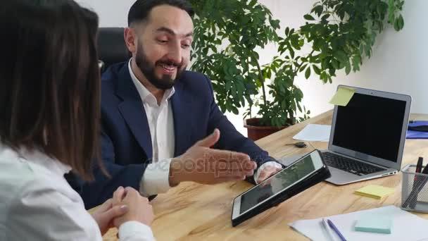 Obrázek dvou úspěšných obchodních partnerů na schůzce v kanceláři