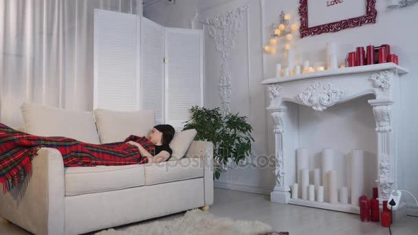 fiatal nő alszik a kanapén, otthon