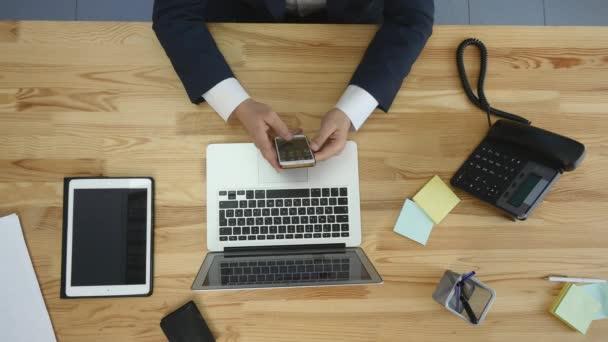 Pohled shora člověka pracuje na notebooku a tabletu a chytrého telefonu s touch prázdná obrazovka zelené na stole