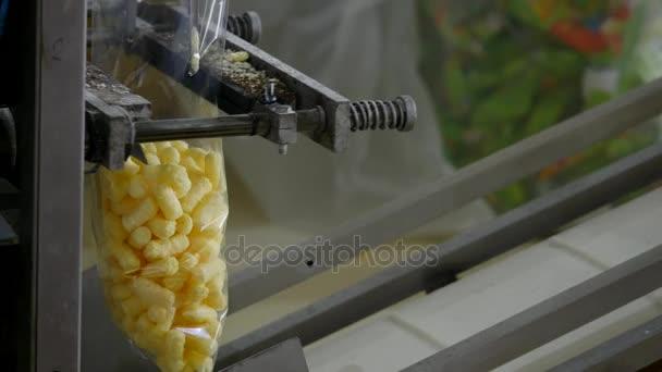 Csomagológép workshop étel gyári folyamat a csomagolás édességet fólia csomag gyári munkás automatizált gyártósor ipari berendezések édes ételeket, a gyártási sorban az élelmiszeripar számára